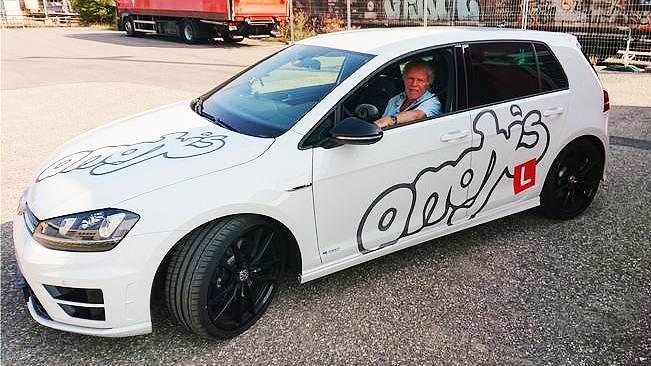 Normalerweise ist er auf dem Beifahrersitz anzutreffen: Andy Hofer ist seit 47 Jahren als Fahrlehrer in der Region unterwegs.