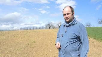 Noch sieht man keine Spargeln auf dem Feld. Im Bild: Landwirt Roger Schmid.