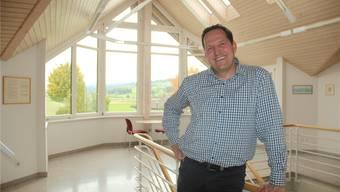 Gemeindeschreiber Frank Koch ist genau so lange im Gemeindehaus Waltenschwil tätig, wie dieses steht: Seit 25 Jahren gefällt ihm das Arbeitsklima hier. Andrea Weibel