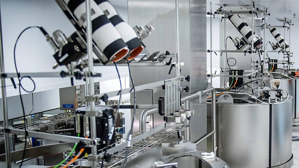 Lonza verpasst seinem Werk in Visp den letzten Schliff, um die Produktionsrate zu erhöhen und den Corona-Impfstoff von Moderna bald «in grossem Massstab» zu produzieren.