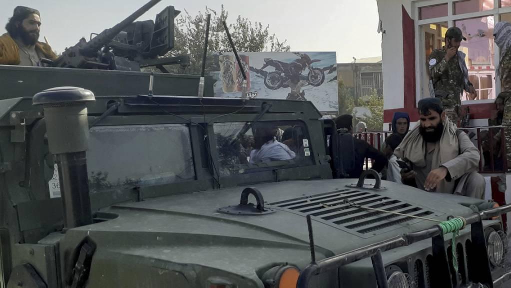 Taliban-Kämpfer halten in der nordafghanischen Stadt Kundus Wache. Foto: Abdullah Sahil/AP/dpa