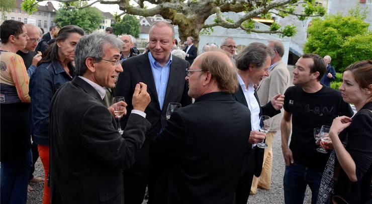 Franco Supino (l.) unterhält sich mit Roger de Weck (M.) und IvoKummer sicher über die Vorzüge von Solothurn.