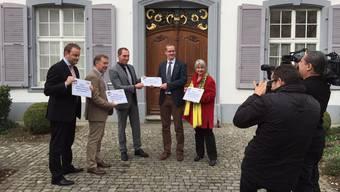 Die CVP-Landräte Markus Dudler, Felix Keller und Pascal Ryf (v.l.) sowie BDP-Parteipräsidentin Marie-Therese Müller übergeben an Landschreiber Peter Vetter (Mitte) eine Petition mit 955 Unterschriften, die sich gegen Einsparungen bei der Verkehrsinstruktion wendet.