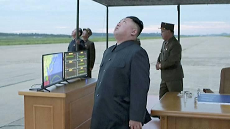 In der Nordkorea-Krise drohen sich weiter beide Seiten - im Bild Nordkoreas Machthaber Kim Jong Un bei einem Militäreinsatz (Archiv)