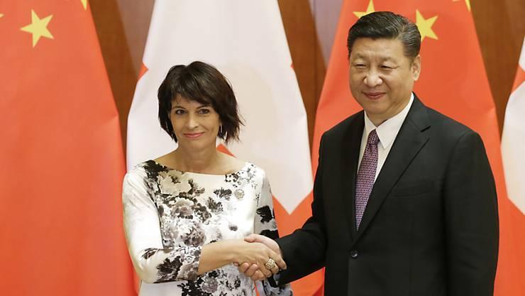 Bundespräsidentin Doris Leuthard mit Chinas Präsident Xi Jinping in Peking