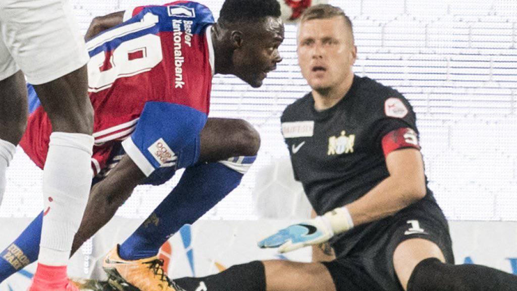 Der Moment der Entscheidung: Basels Dimitri Oberlin überwindet FCZ-Keeper Andris Vanins nach einem ungeahndeten Stosser gegen Alain Nef