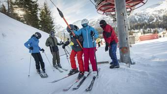 In Graubünden ist mehr möglich als sonstwo: Skifahrer auf einem Bügellift im kleinen Skigebiet von San Bernardino im Misox.