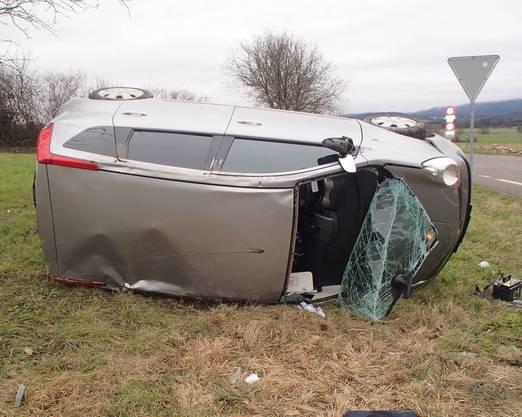 Der Nissan kam auf der Seite liegend zum Stillstand.