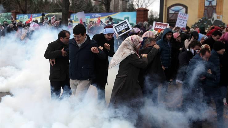 Die Demonstranten kämpfen im Tränengas gegen die Übernahme der regierungskritischen Zeitung.Fotos: key