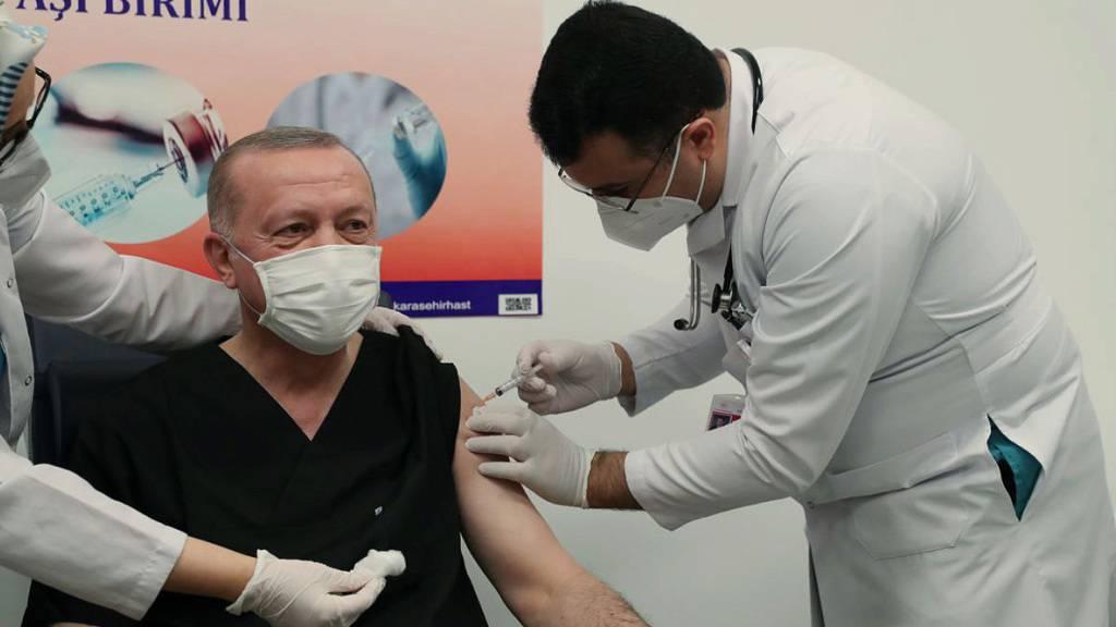 Recep Tayyip Erdogan, Präsident der Türkei, erhält eine Impfung mit dem Impfstoff des chinesischen Herstellers Sinovac. Foto: -/Turkish Presidency/AP/dpa