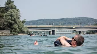 Bei Temperaturen von über 30 Grad Celsius erfreut sich in diesen Tagen so manch einer am kühlen Nass des Rheins – hier in Basel. Archiv