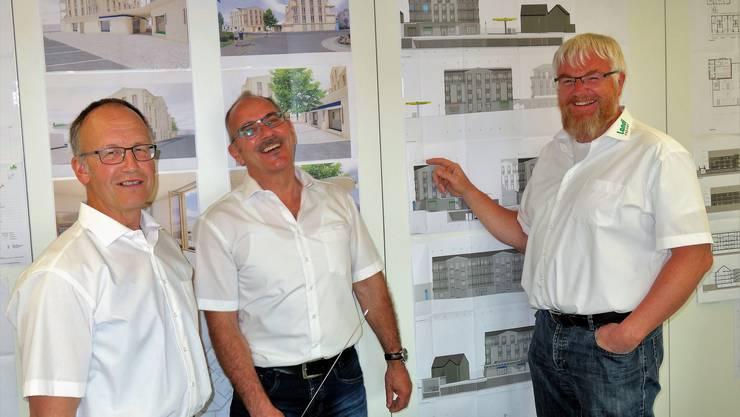 Vor einem Jahr ohne Distanz: Andreas Schüpbach, Präsident Landi Freiamt, Daniel Strebel und Daniel Appert (von links) bei der Planpräsentation Neubau Merenschwand 2019.