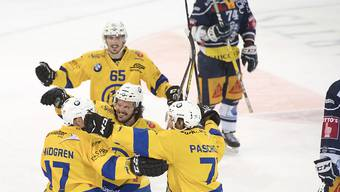 Die Davoser jubeln über den ersten Erfolg gegen die Zuger in der Playoff-Halbfinal-Serie