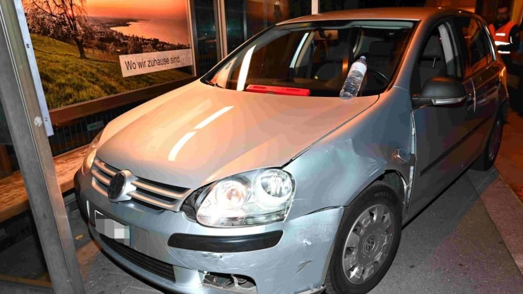 In der Nacht auf Sonntag prallte in Rorschach ein 18-Jähriger in einem Kreisel in das Auto eines 24-Jährigen. Zwei Personen wurden verletzt.