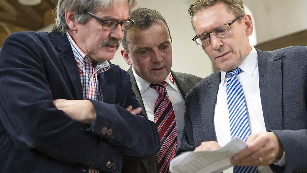Die Solothurner Ständeratskandidaten Roberto Zanetti, SP, Walter Wobmann, SVP, und Pirmin Bischof, CVP, von links, unterhalten sich am Wahlsonntag in Solothurn. (KEYSTONE/Peter Schneider)