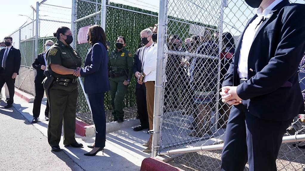 US-Vizepräsidentin Kamala Harris (M) während eines Besuchs im U.S. Customs and Border Protection Central Processing Center (Zoll und Grenzschutz). Foto: Jacquelyn Martin/AP/dpa