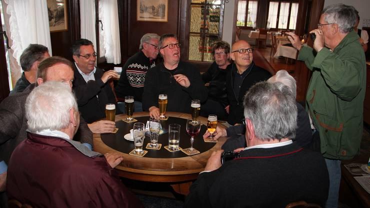 Gemeindeammann Urs Affolter (vierter von rechts) und Vize-Gemeindeammann Hansruedi Werder (vierter von links) in gemütlicher Runde.