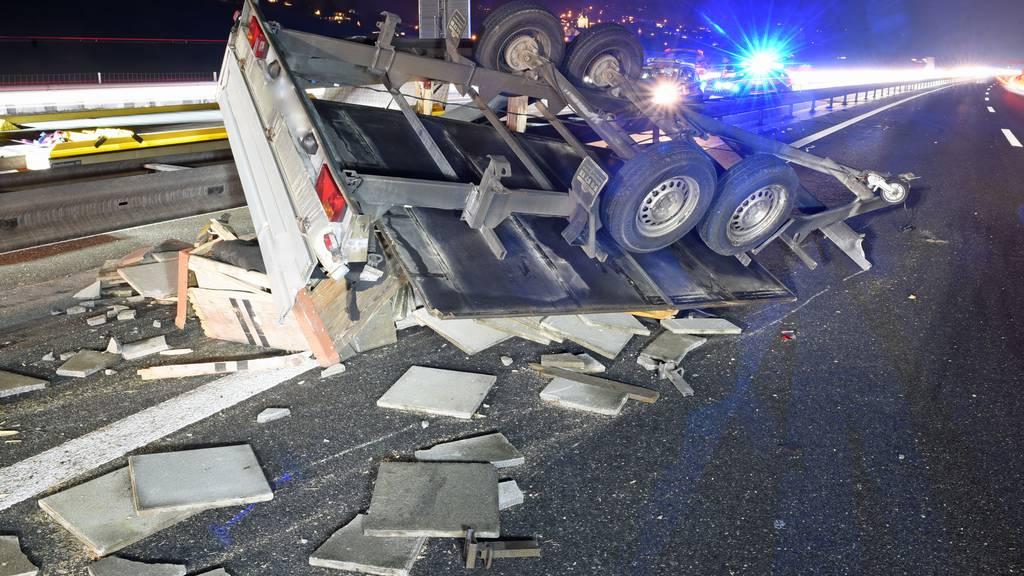 Anhänger verliert Ladung: Bei ausgelösten Unfällen niemand verletzt