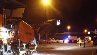 Lastwagen erfasst Bauarbeiter nachts auf der Autobahn: Der Beitrag von Tele M1.