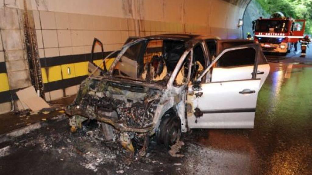 Auto geht in Tunnel auf der Autobahn A2 in Flammen auf