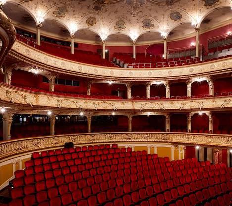 1066 leere Sessel in samtrot: der Zuschauerraum des Opernhauses.