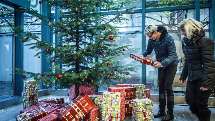 52 Geschenke haben die Gemeinderätinnen Monique Gammeter (links) und Petra Huckele gekauft und eingepackt. Am Montagmorgen ging es ans Verteilen.