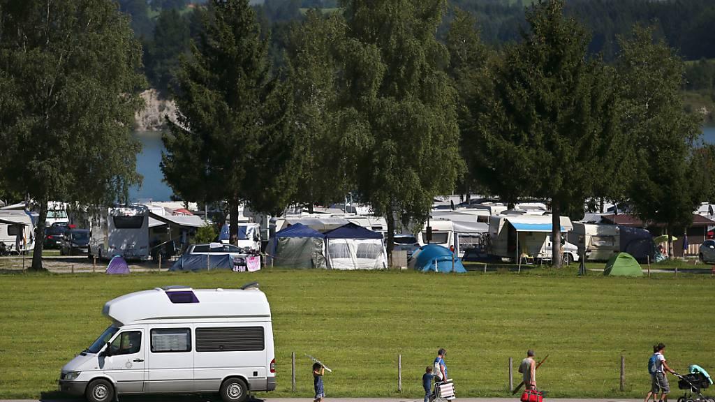 ARCHIV - Wohnwagen und Wohnmobile stehen auf einem Campingplatz am Forggensee bei Dietringen (Bayern). Foto: picture alliance / Karl-Josef Hildenbrand/dpa