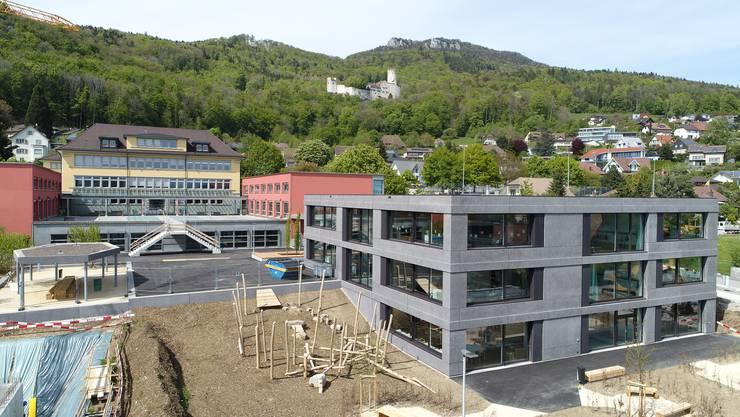 Die ersten Primarschulklassen zogen bereits Ende April im Neubau ein, der südlich des bestehenden Oberdorf-Schulhauses entstanden ist.