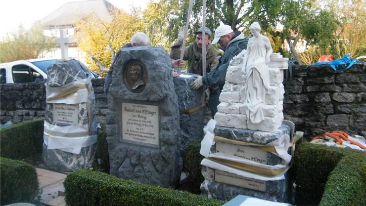 Montage der restaurierten Grabmäler bei der Kirche Holderbank. zvg