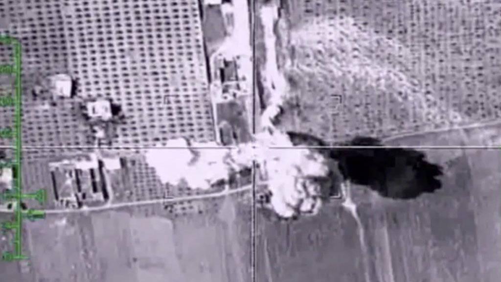 Aufnahmen eines russischen Luftangriffs in Syrien.  (Archiv )Die russischen und amerikanischen Armeeführungen in Syrien haben ihre Kontakte miteinander verbessert und telefonieren regelmässig.