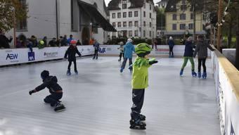 Das kleine Eisfeld beim Bremgarter Lindenplatz begeisterte Jung und Alt. (November 2019)