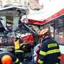 Rettungskräfte sind in der tschechischen Stadt Brünn im Einsatz, nachdem ein Bus und ein Tram frontal zusammengestossen sind.