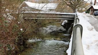 Der Pegelstand des Bruggbachs – hier in Gipf-Oberfrick – ist derzeit leicht erhöht. Wichtig ist es, den Bachlauf an Brücken und Unterführungen frei zu halten.