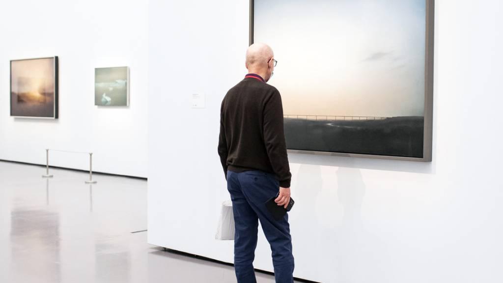 Eine Brücke, die sich über ein grünes Tal spannt: Das Bild «Ruhrtalbrücke» ist ab heute in der Ausstellung «Gerhard Richter. Landschaft» im Kunsthaus Zürich zu sehen.