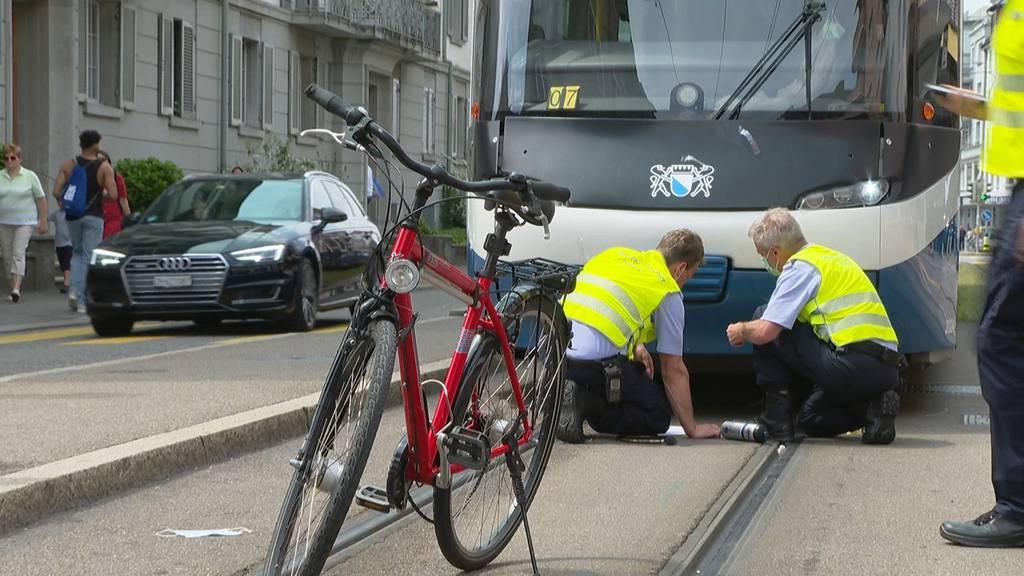 Stadt Zürich: Velofahrer bei Kollision mit Tram unbestimmt verletzt