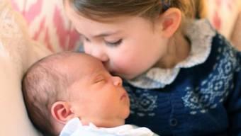 Prinz Louis - hier mit seiner Schwester Charlotte - wird am 9. Juli getauft. (Archivbild)
