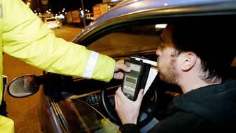 Gleich sechs alkoholisierte Autofahrer nahm die Kapo Aargau in der Nacht auf Samstag aus dem Verkehr. (Symbolbild)
