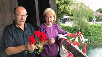 Hermann Käser und Erna Burri beim Besichtigen des durch Enten entstandenen Schadens.