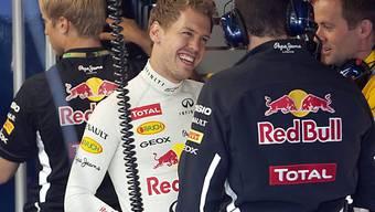 Vettel freut sich mit seinen Technikern über die Pole-Position