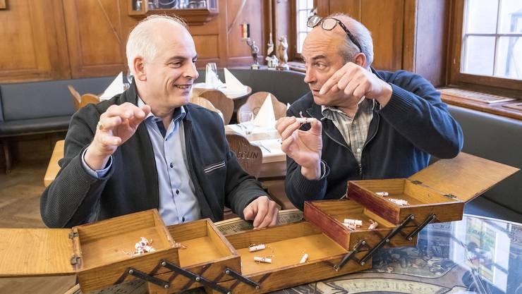 «Nehmen wir das Lösli da?» Karim (links) und Anwar Frick im «Löwenzorn», jener Beizeninstutition, die sie ab August führen werden. Sie haben aus dem Nähkästchen in brüderlichem Konsens den Begriff «Risiko» gefischt.