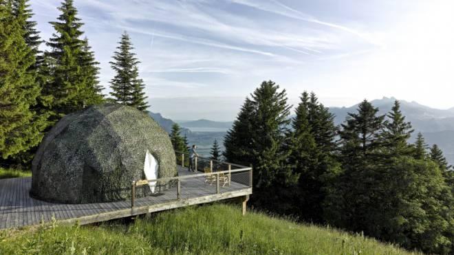 Auf der eigenen Terrasse der Sommeriglus oberhalb Monthey VS: Mitten in der Natur wird man auf 1400 Metern über Meer mit einem fantastischen Panorama belohnt. Fernglas inklusive.  Foto: HO