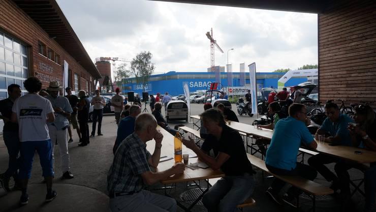 34 Fahrteams und Fahrzeuge der Wave-Elektromobil-Rallye haben in Schlieren Halt gemacht für einen kleinen Znüni.