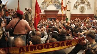 Rund hundert Menschen sind beim Sturm auf das mazedonische Parlament verletzt worden.