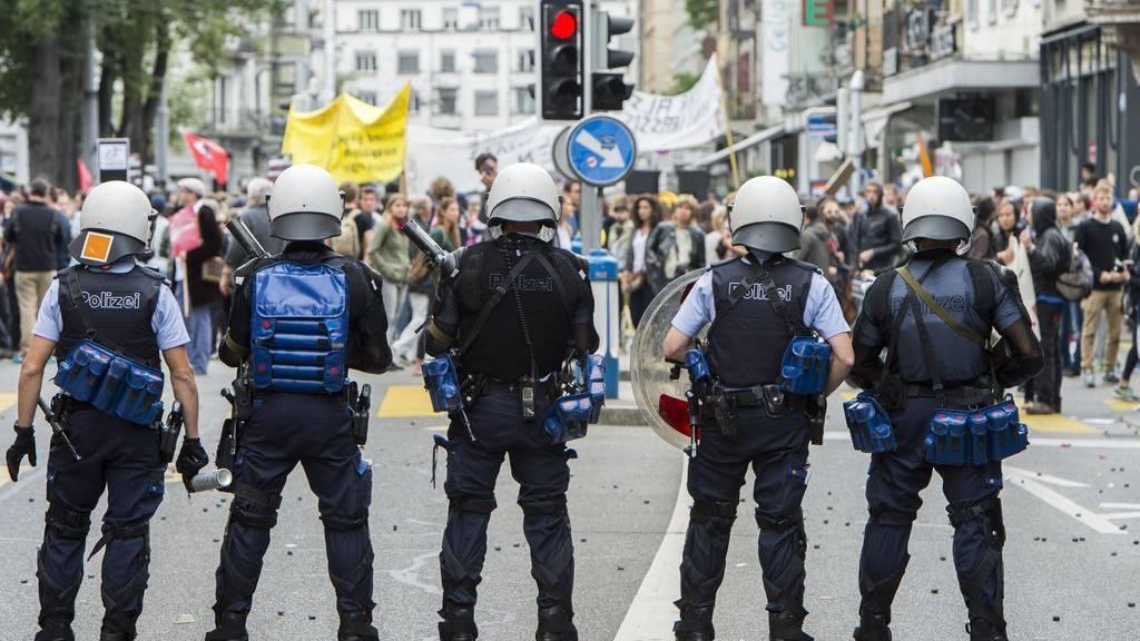Die Polizei hindert den Umzug der Demonstranten in Zürich. Sie fordern mehr Solidarität mit den Flüchtlingen.
