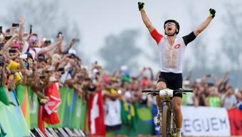 Nino Schurter geniesst seinen Triumph. Olympia-Gold! Vier Jahre nach Silber. Acht Jahre nach Bronze. Keystone