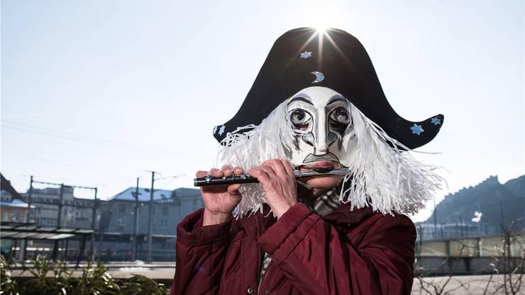 Die Badenerin Vreni Blust-Münger mutiert zur Baslerin: Hier mit ihrer Maske, einem klassischen Harlekin-Kopf, und ihrer «Pfyffe» am Badener Bahnhof. Jiri Reiner