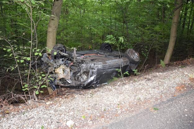 Dulliken SO, 14. August: Ein Fahrzeuglenker verlor die Kontrolle über sein Fahrzeug. Dieses überschlug sich mehrfach und kam auf dem Dach liegend zum Stillstand. Die vier Fahrzeuginsassen wurden dabei leicht verletzt.
