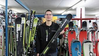 Daniel Waldmeier von Wernli Sport kann im Moment weder Ski verkaufen noch vermieten.