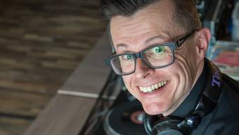 Weil er derzeit nicht vor Ort auftreten kann, unterhält DJ Alexander die Menschen per Livestream.