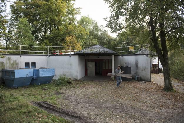 Schwarze Mauern, Moos auf dem Dach und Wasser im Haus: Das Pfadiheim auf der Badener Allmend ist in einem sehr schlechten Zustand. Bis im Sommer 2018 soll es renoviert sein.
